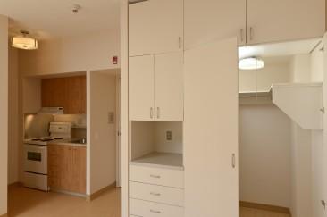 Le loyer inclut aussi une cuisinière et un réfrigérateur, l'accès à une antenne communautaire pour la télévision, ainsi que les frais d'électricité et de chauffage aux Résidences Le 1615 et Le 1625.
